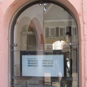 Bad Mergentheim  interaktives WEBtis-Info-System hinter Glas
